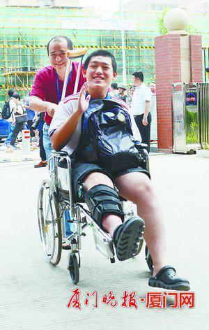 即使腿受伤,坐轮椅也要赶考