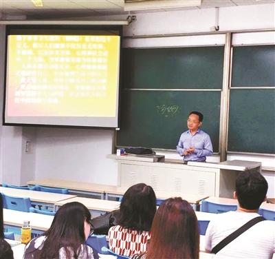 王珂在给学生上课