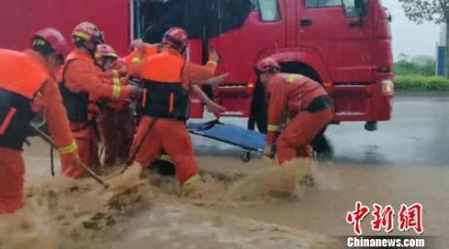 图为山东省淄博市消防员在进行救援。