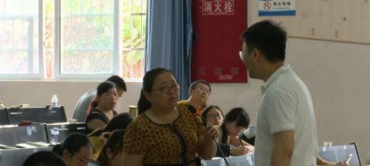 武鹏屹在培训课现场与四川当地乡村教师进行互动。 吕杨 摄