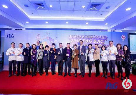 """近100位来自北京市顺义区的师生们参与宝洁研发中心开放日暨""""STEM体验日""""活动"""