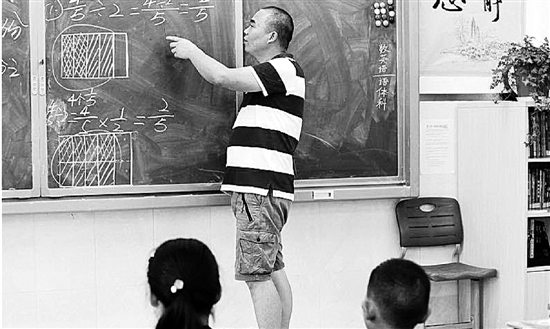 徐陆军老师在上数学课。