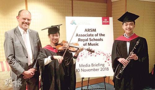 ABRSM首席主考官John Holmes(左)称新的ARSM可作为学生考取DipABRSM的跳板。图片来源:香港《明报》/刘家豪 摄