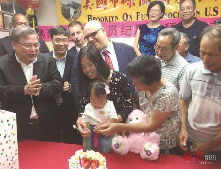 华裔警探牺牲三年 妻子借现代医学产女满周岁