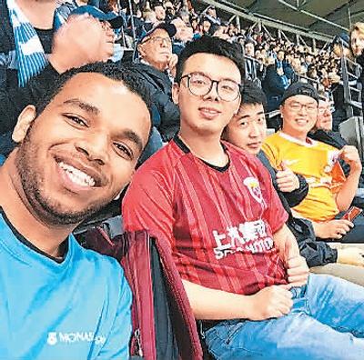 徐文(左二)和同学们一起看球赛