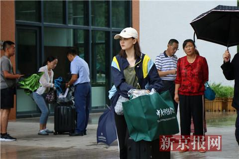 中戏新生领取入学材料包。