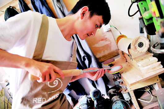 褚厚锋对木旋技艺日夜研习不辍。