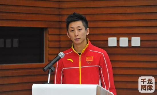 2016年9月13日,北京体育职业学院体育运营与管理专业(冰雪运动服务与推广)2016级新生开学典礼在学院本部召开。图为奥运冠军林跃致辞。来源:千龙网