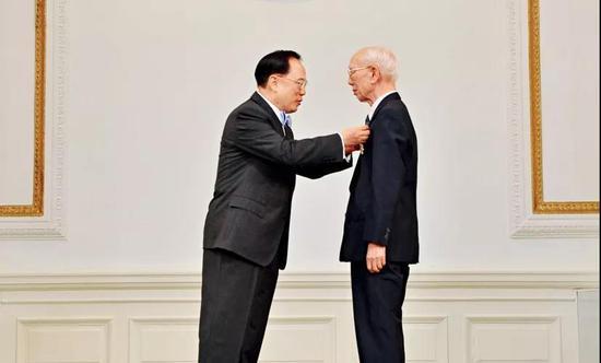 """香港特区行政长官给田家炳颁授最高荣誉""""大紫荆勋章"""""""