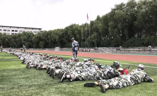 哈工大新生们进行射击训练 图片来源:哈尔滨工业大学官网