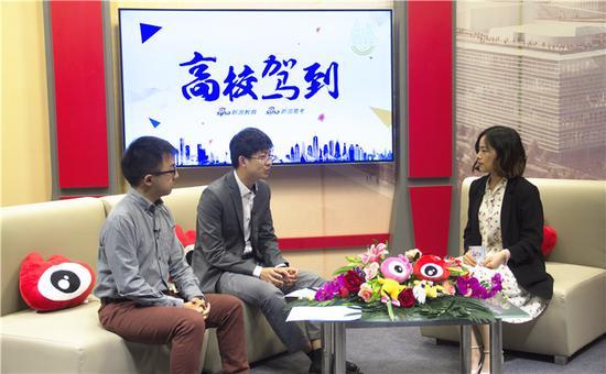 清华大学招生办副主任徐宁汉(左二) 2017清华本科生特等奖学金获得者胡耀文(左一)