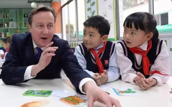 英语钢琴书法齐上阵 该不该帮孩子报各种兴趣班