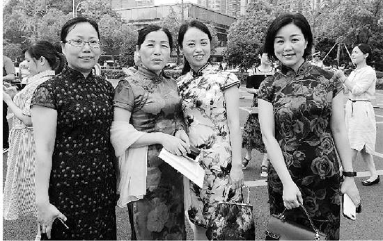 杭二中滨江校区一些学生家长不约而同穿起旗袍。