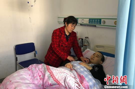黄家华在病房里照顾儿子杨晓龙 袁雪梅 摄