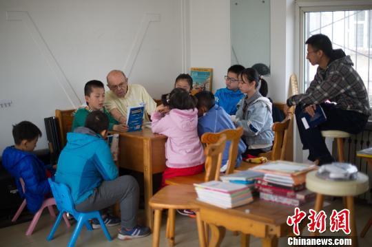 理查德·康奈尔正在给孩子们上课。李运泽陪在旁边翻译。 韦亮 摄