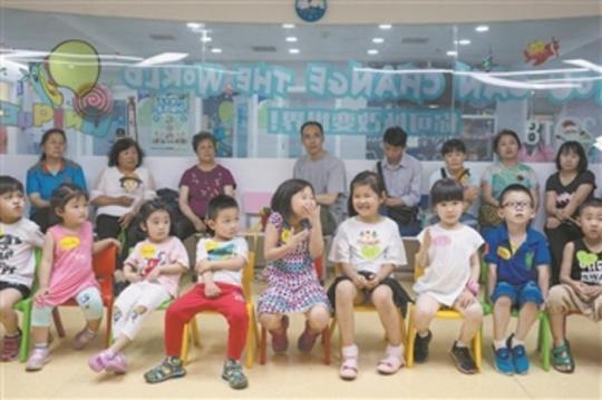 一家幼小衔接教育机构的活动室内,孩子们和家长同处一室。李建国 摄