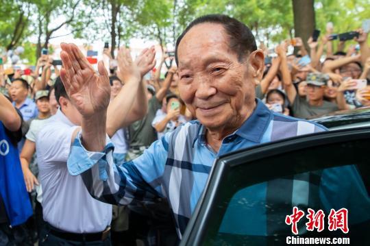 袁隆平受到湖南农业大学学生热烈欢迎。 熊阳俊 摄