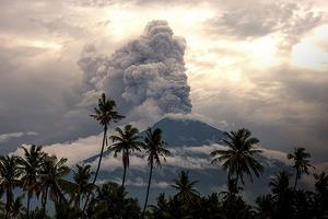 巴厘岛火山喷发多名中国游客滞留均安置等候回国