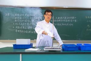 放弃985大学副教授职位 北大博士去当高中老师