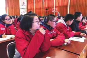 高考状元回归母校为高三学子传授学习经验