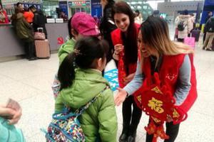 郑州高铁站上的外籍春运志愿者 服务四海旅客