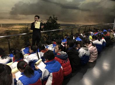 学生认真聆听老师讲解抗战历史