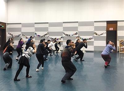 """12月12日,清华大学""""舞蹈实践""""课上,邢高熙与学生一起跳舞。新京报记者 王俊 摄"""