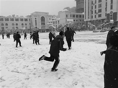 <b>雪中老师也疯狂: 扔掉粉笔带学生打雪</b>