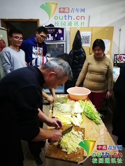 图为宿管叔叔剁馅为包饺子做准备。中国青年网通讯员 李蕙君 摄