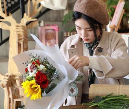 采访中,河海大学学生柳真扬还特意提前去花卉市场采购了最新鲜的鲜花,现场展示了插花的才艺。