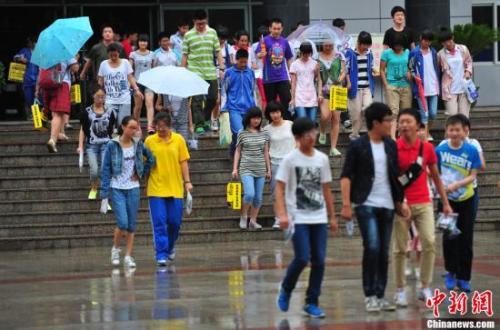 中学考生考试结束后走出考场。中新社 资料图