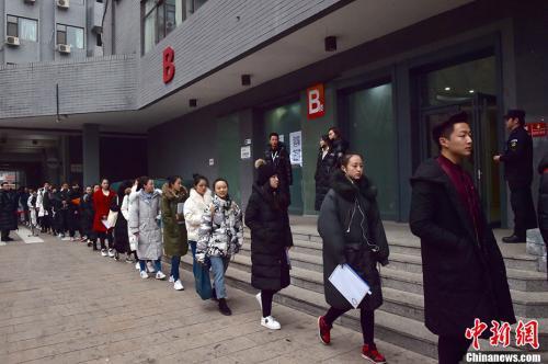 2月27日,北京电影学院2018年艺考初试开考,校园内云集众多高颜值的帅哥美女。图为等待进入考场的考生们。 中新网记者 翟璐 摄