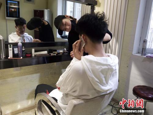 考生正在化妆。袁秀月 摄