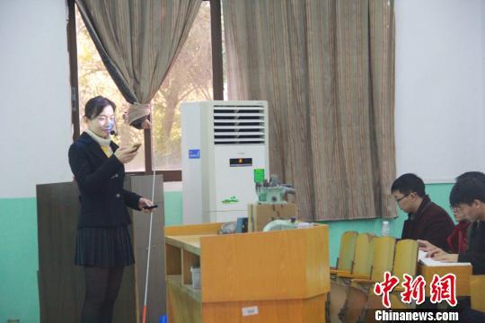 图为江西理工大学老师朱花在发布抢答问题。江西理工大学供图