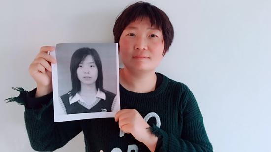 2005年,王欣(小图)冒名顶替王红就读菏泽医学专科学校。何云/摄
