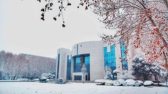 1月3日,雪后的西北工业大学图书馆,卢迪摄。