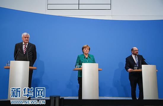 2月7日,在德国柏林的基民盟总部,德国总理、联盟党领导人默克尔(中),社会民主党主席舒尔茨(右)和基社盟主席泽霍费尔出席新闻发布会。新华社记者 单宇琦 摄