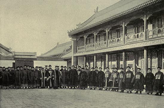 1901年丁韪良等人在京师大学堂前合影