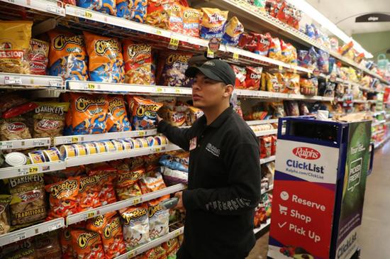 Ralph超市的员工在购物车上装入顾客购买的商品。顾客在ClickList上下单,通过路边自提拿到自己购买的商品。