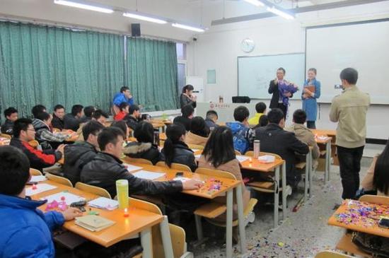 王小海在课堂上向妻子求婚。受访者供图