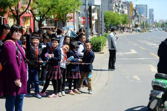 小学生放学(图片来源于网络)