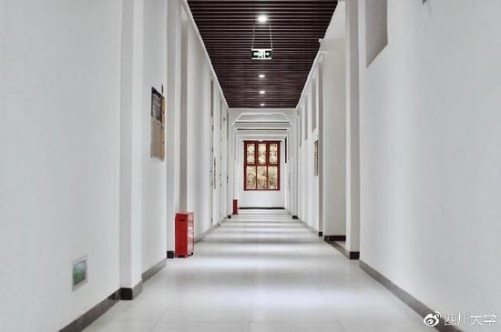 明亮通透的走廊,几点光源照亮学者之屋。