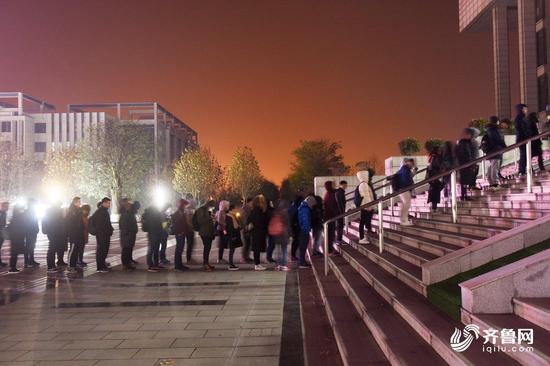 图书馆外排队等候的学生