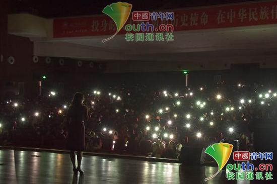 停电后的演讲现场。长江师范学院党委宣传部供图