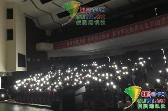 停电后的演讲现场。中国青年网通讯员 陈新星 图