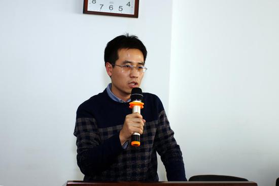 图2:工商学院院长助理杨小科老师主持此次座谈会
