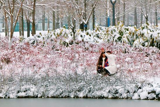 1月4日,西北农林科技大学的两位女生在雪景中自拍,薛建鹏摄。