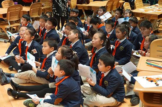 天山第一小学的学生们零距离接触芬兰开放课堂。