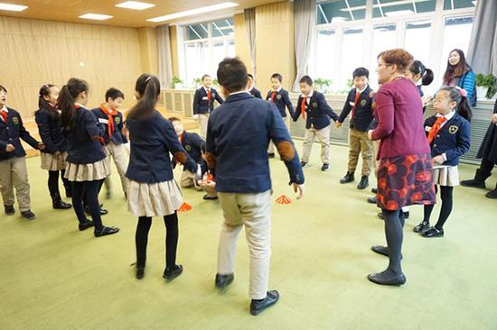 芬兰老师和孩子们一起做游戏活动。