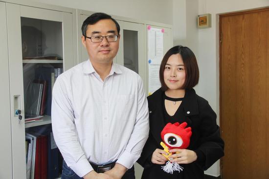 中国戏曲学院教务处副处长兼招办副主任张文振(左一)